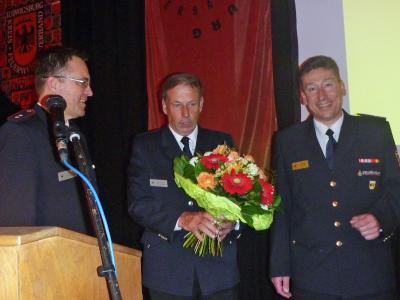 Die Stellvertreter Markus Giek und Martin Schäffer bedanken sich bei Klaus Haug.