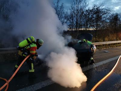 B2 Feuer/ Rauch PKW - BAB 81 Mundelsheim >> Heilbron - 19.12.2020