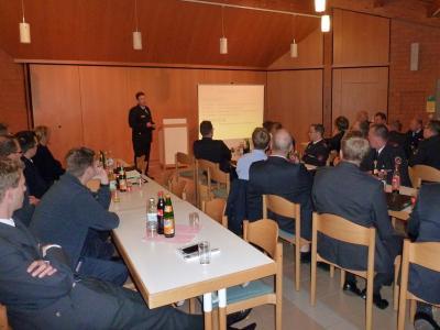 Der Vorsitzende Klaus Haug begrüßt die Feuerwehrkameraden.